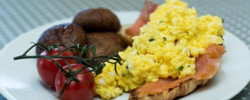 Croissant med laks og eggerøre