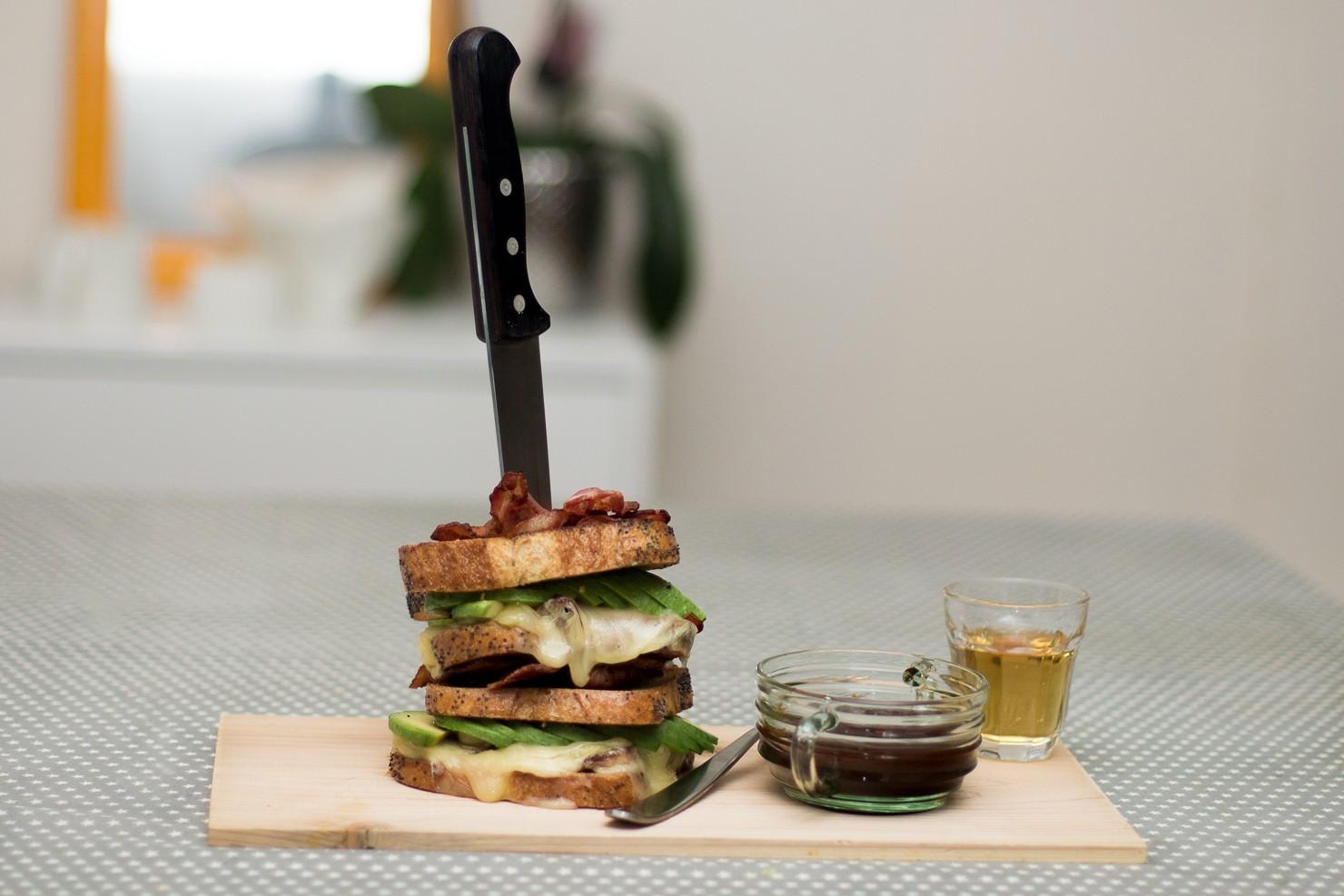 Ostesmørbrød med bacon og avocado toppet med bacon