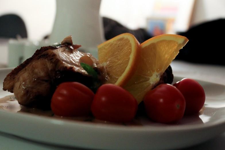 Sprøstekt kyllingbryst med plommetomater og appelsinsaus