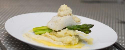 Kokt torsk med potet- og blomkålmos, pepperrotpurée og dampet asparges