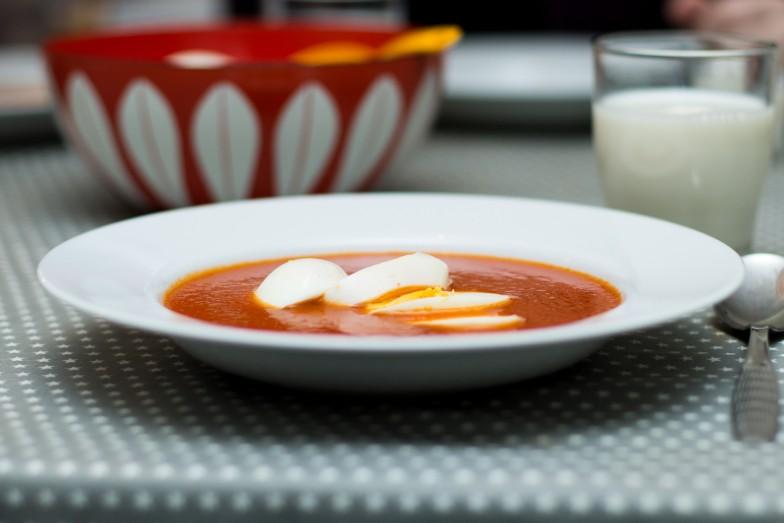 Tomatsuppe med pasta og egg