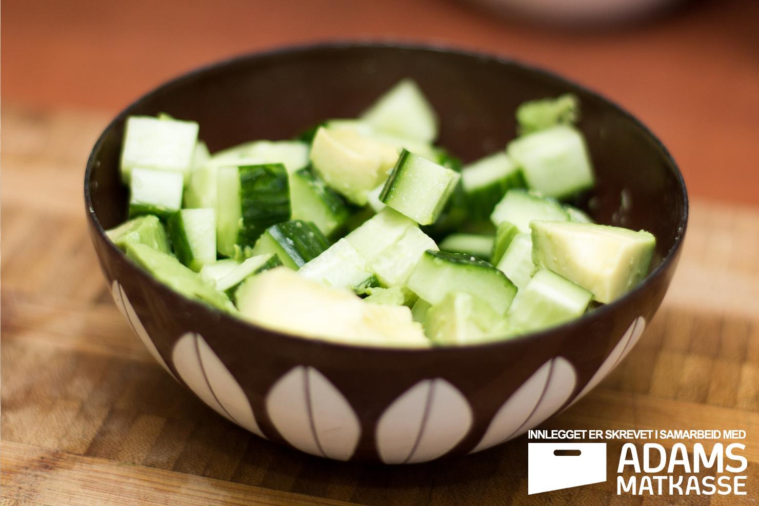 Agurk og avokado | Frankfurter med barbecuesaus, bulgursalat og salat | Adams Matkasse