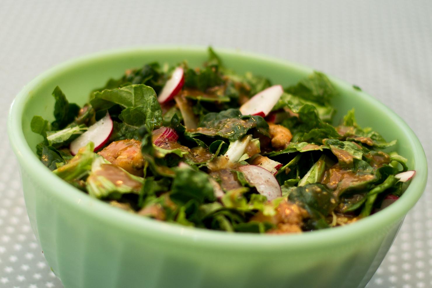 Bolle | Spinat og avokadosalat med spicy scampi, redikk, vårløk, agurk og miso- og limedressing