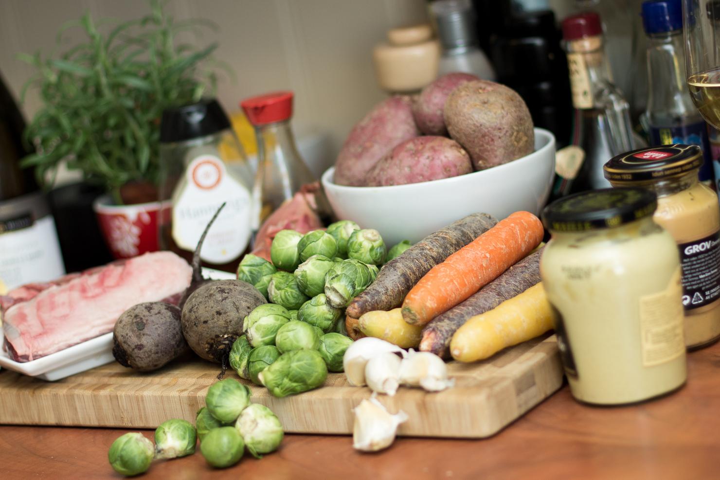 Ingredienser | Lammecarré med honningglasert rosenkål, ovnsbakte rotgrønnsaker, pommes frites de julienne og sjalott- og sennepssaus