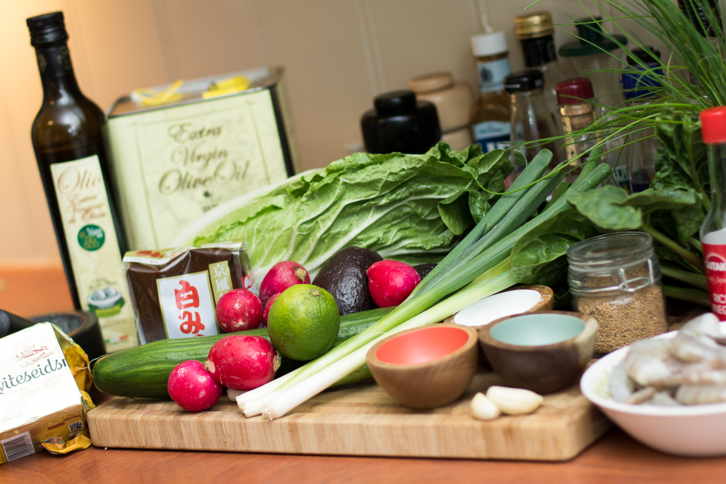 Ingredienser | Spinat og avokadosalat med spicy scampi, redikk, vårløk, agurk og miso- og limedressing