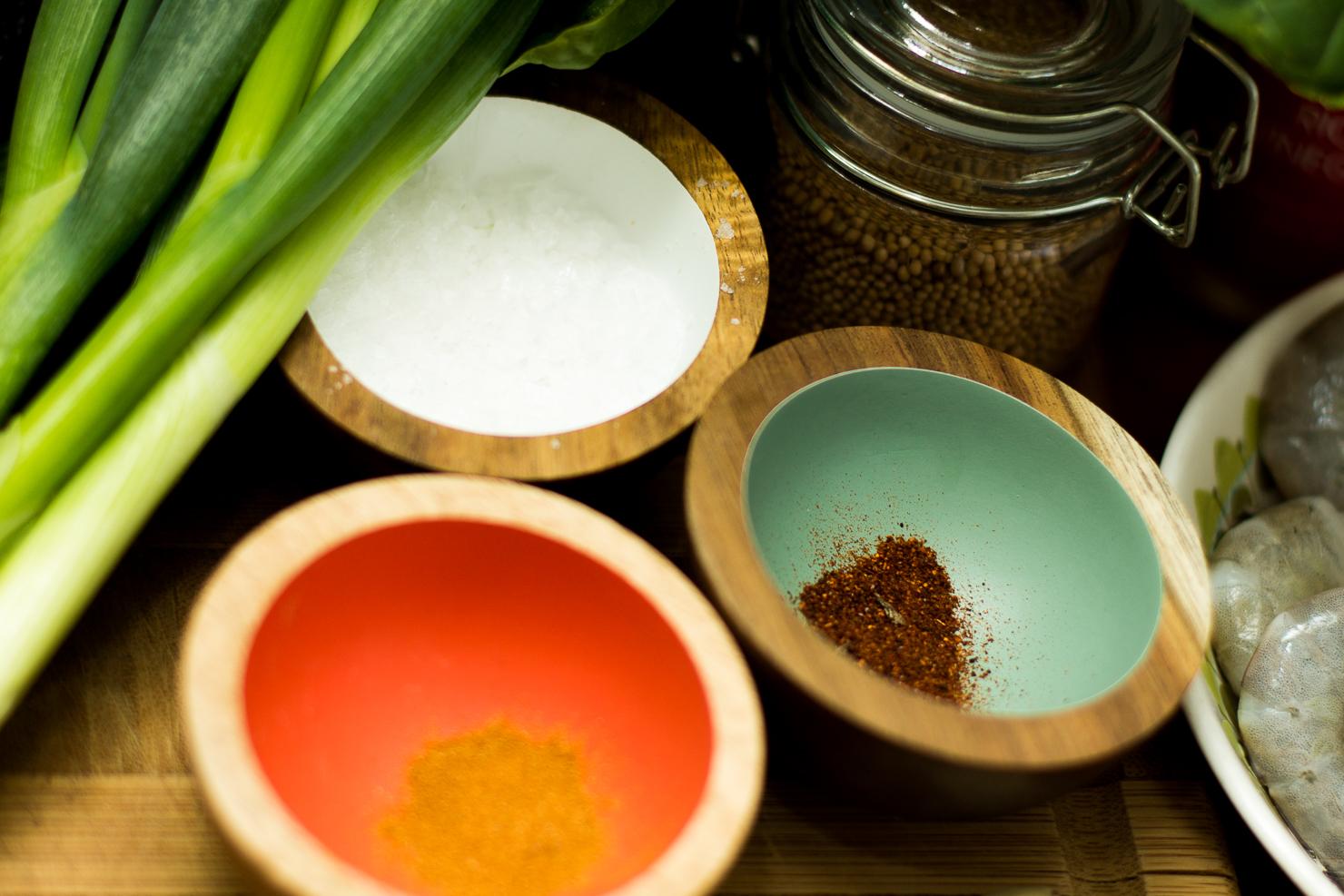 Krydder | Spinat og avokadosalat med spicy scampi, redikk, vårløk, agurk og miso- og limedressing
