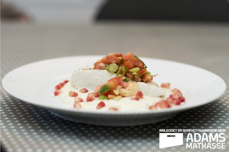 Kveite med blomkålkrem, poteter, tomatsalsa og granateple | Adams Matkasse