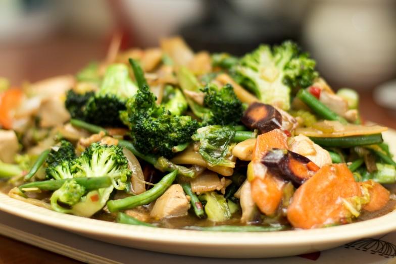 Kyllingwok med crunchy grønnsaker og sesamsaus