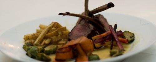 Lammecarré med honningglasert rosenkål, ovnsbakte rotgrønnsaker, pommes frites de julienne og sjalott- og sennepssaus