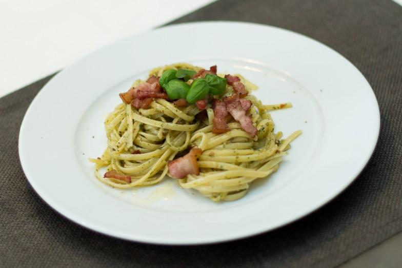 Linguine med tomat- og basilikumpesto og sprøstekt bacon