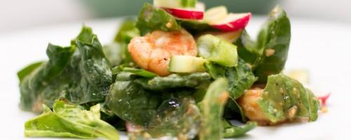 Tallerken | Spinat og avokadosalat med spicy scampi, redikk, vårløk, agurk og miso- og limedressing