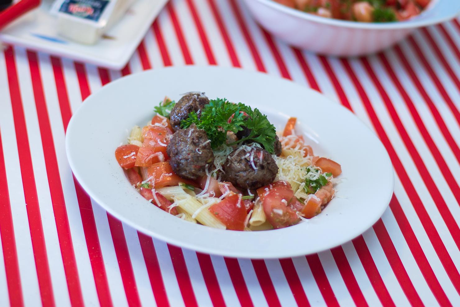 Kjøttboller med penne og tomatsalsa