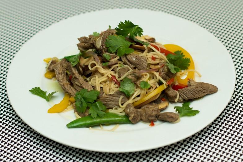 Rask srirachawok med biff og grønnsaker