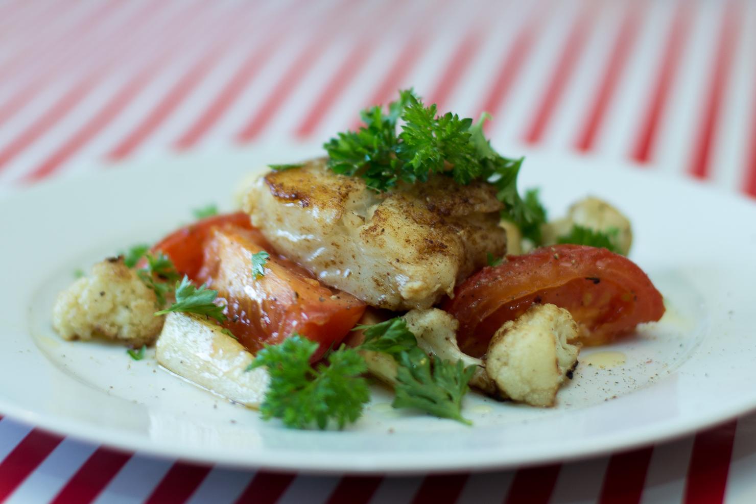 Skumstekt torsk med pastinakk blomkål, plommetomater og kruspersille