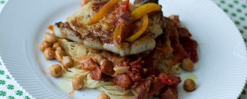 Svinekoteletter med angel hair pasta og chorizo- og kikertsaus