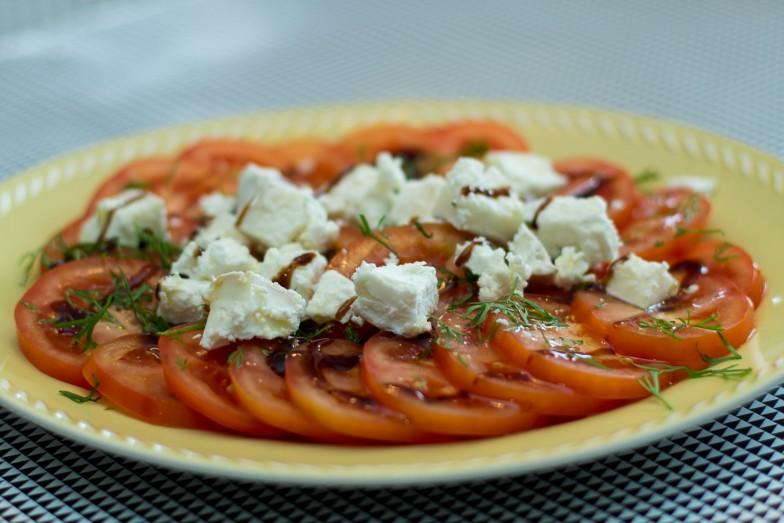 Tomatsalat med chevre dill og balsamico