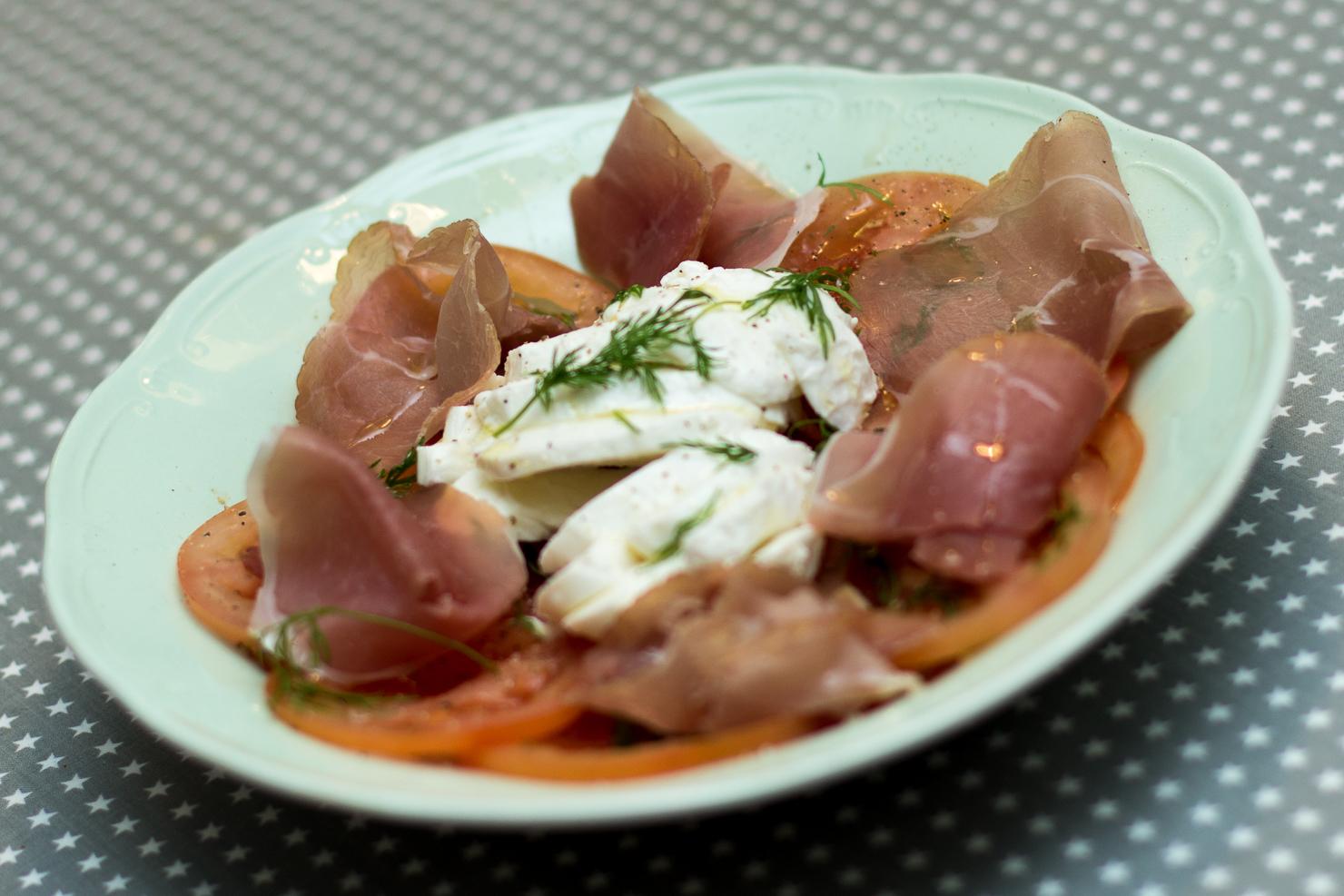 Tomatsalat med mozzarella spekeskinke og dill