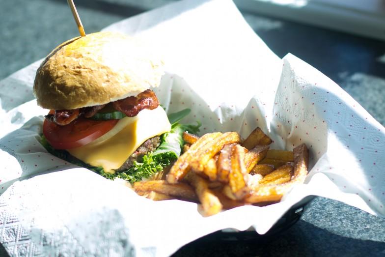 Hamburger med pommes frites