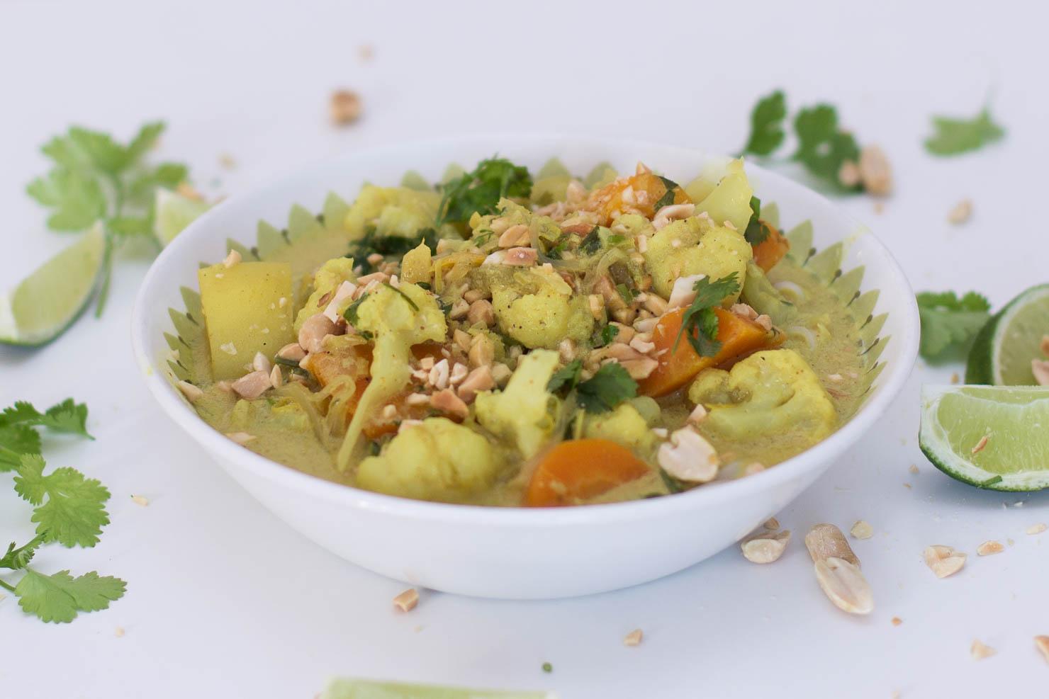 Kremet karrisuppe med gronnsaker og risnudler