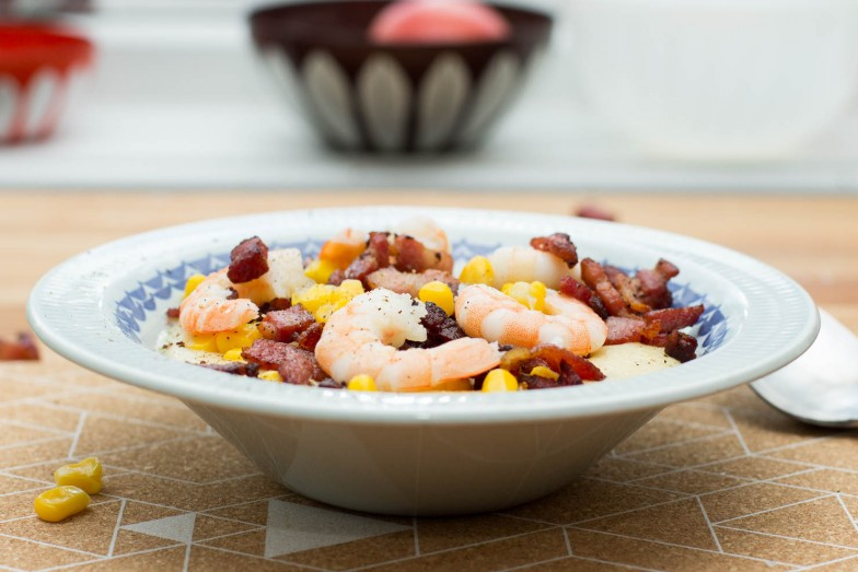 Maisgrøt med scampi og bacon