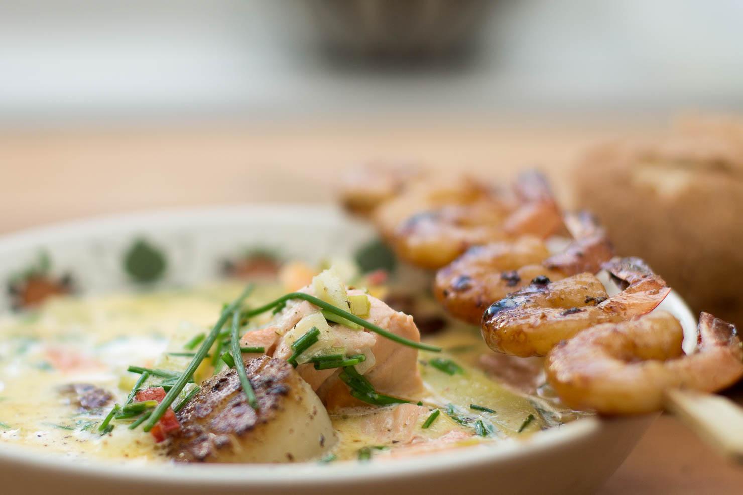 Closeup | Kremet fiskesuppe med laks og kamskjell
