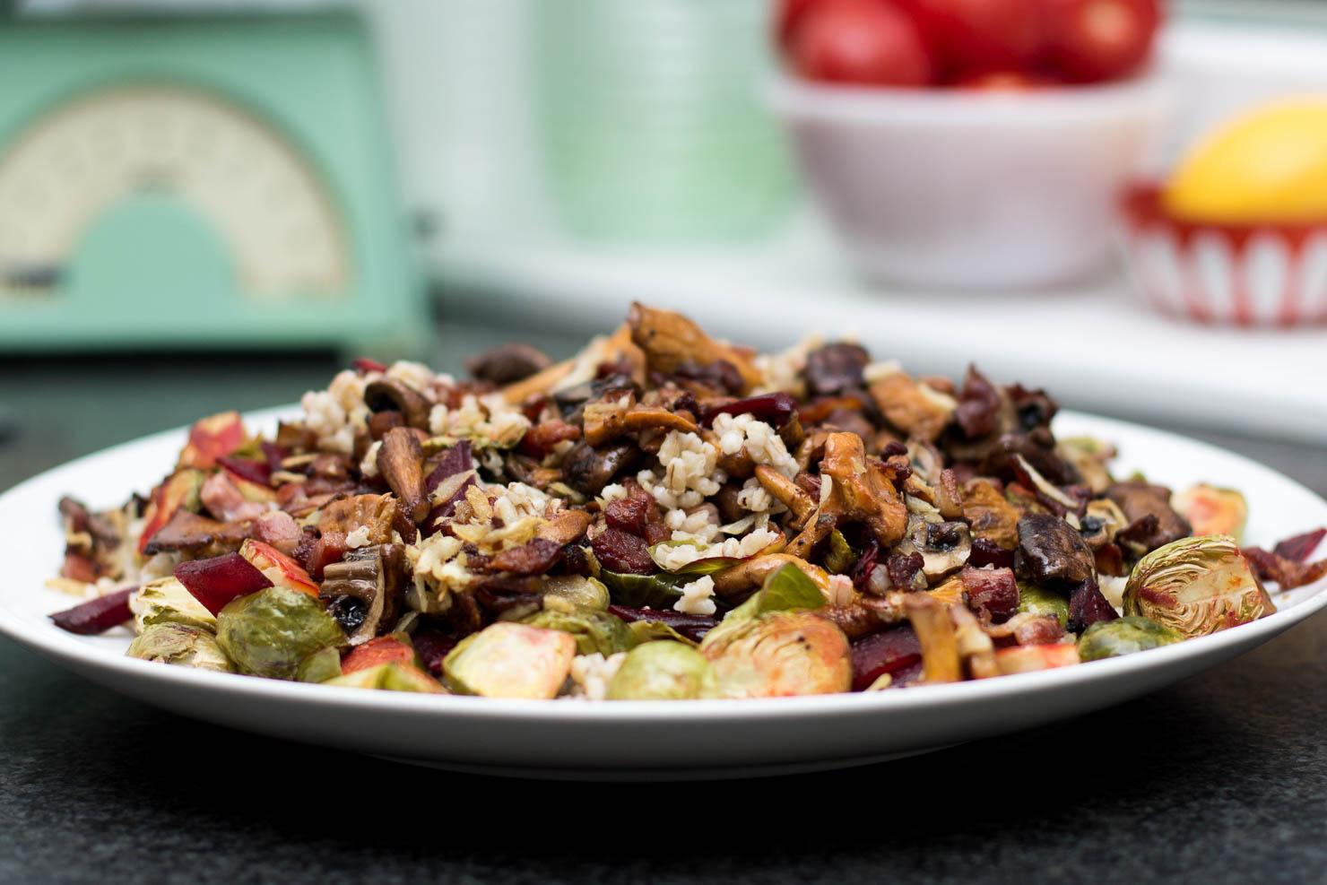 Featured   Høstens byggrynsalat med rosenkål, rødbeter og bacon