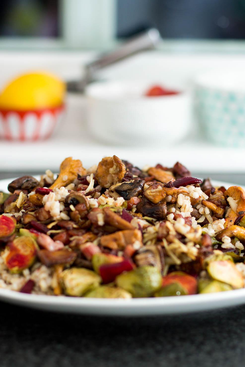 Høstens byggrynsalat med rosenkål, rødbeter og bacon