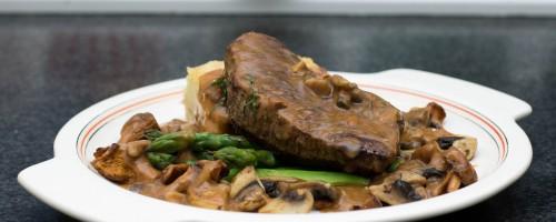 Kalve-entrecôte med stekt sopp, asparges og jegersaus