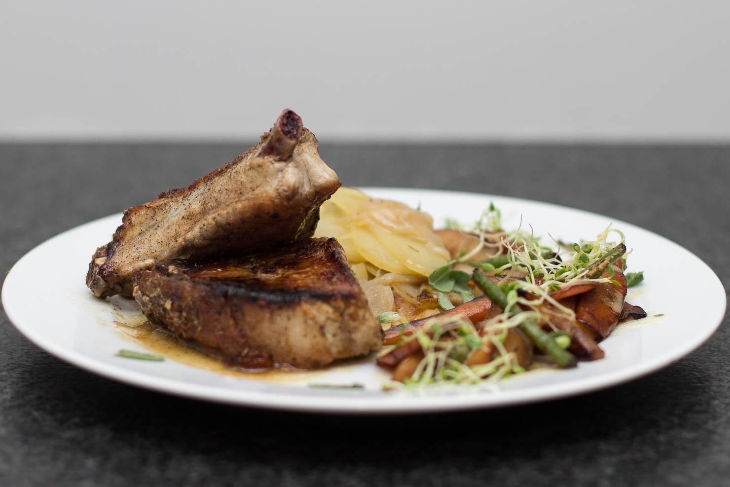 Svin carré med stekte grønnsaker og boulangère-poteter