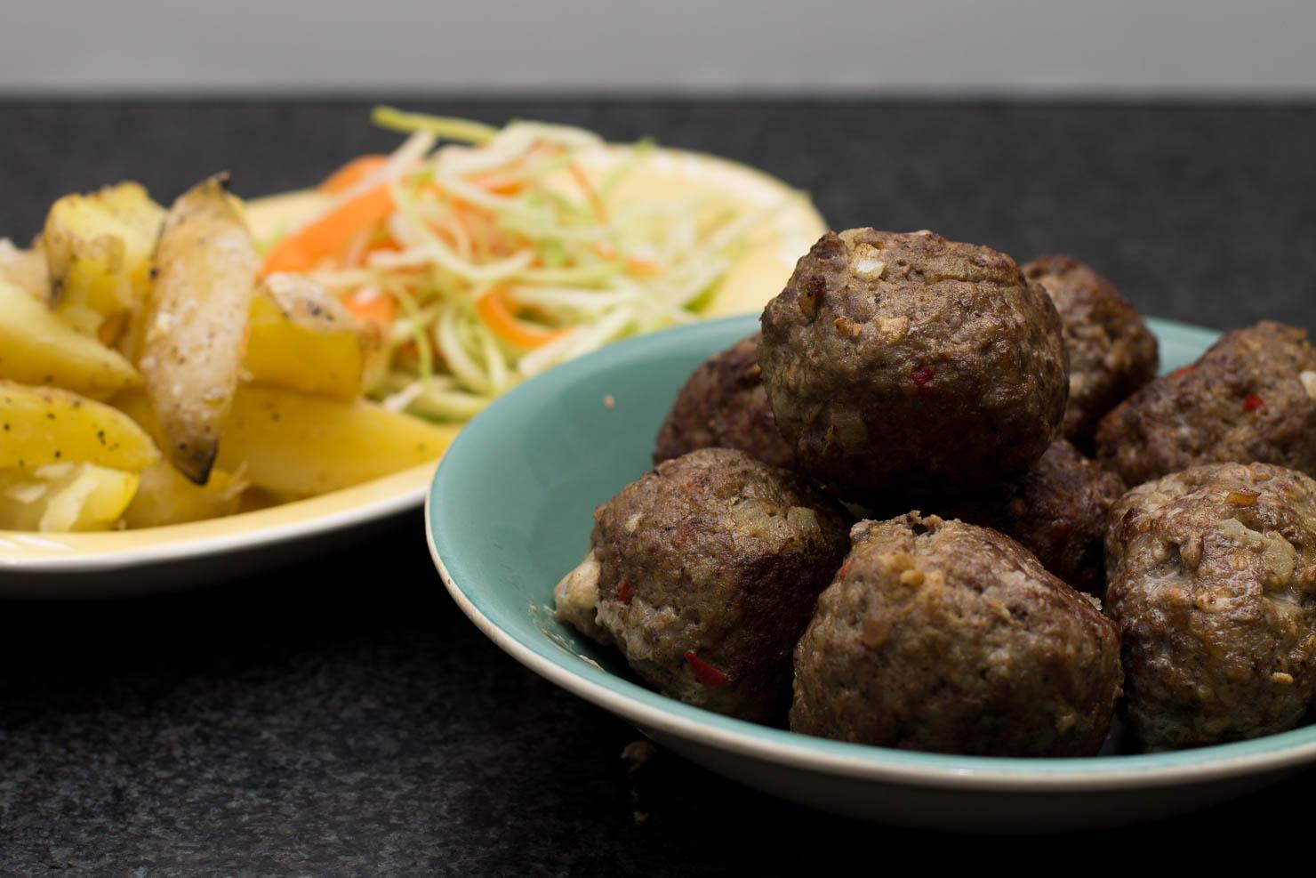 Featured | Mozzarellakjøttboller med kålsalat og ovnsstekte potetbåter