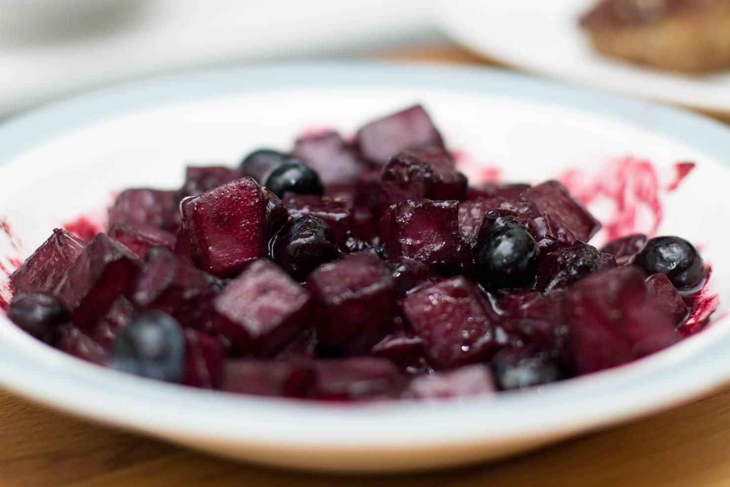 Blåbærglaserte kålrotbiter | Medisterkaker med blåbærglaserte kålrotbiter og tranebærsaus