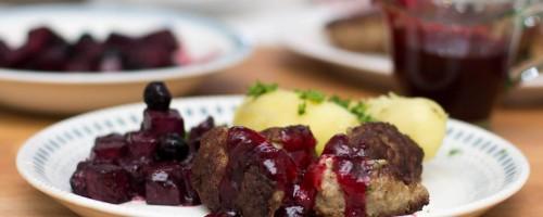 Medisterkaker med blåbærglaserte kålrotbiter og tranebærsaus