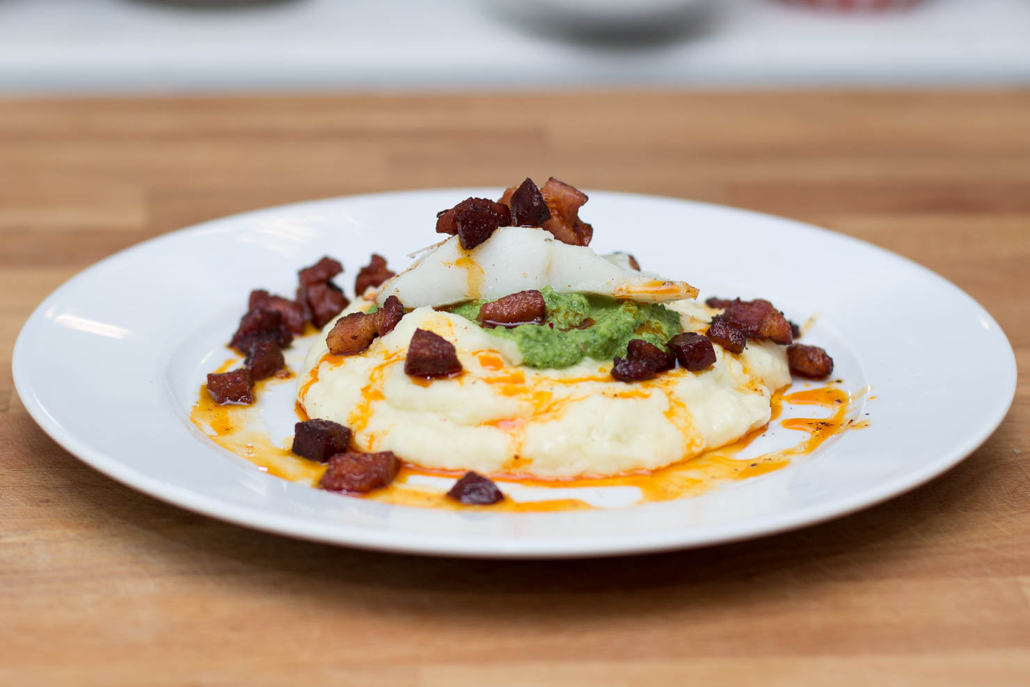 Torsk med potetmos, ertepure, chorizo og bacon