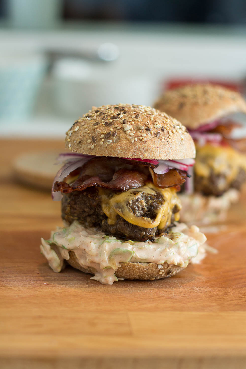 Burger med fenikkelslaw, rødløk og redikk