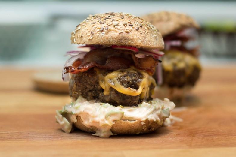Featured | Burger med fenikkelslaw, rødløk og redikk