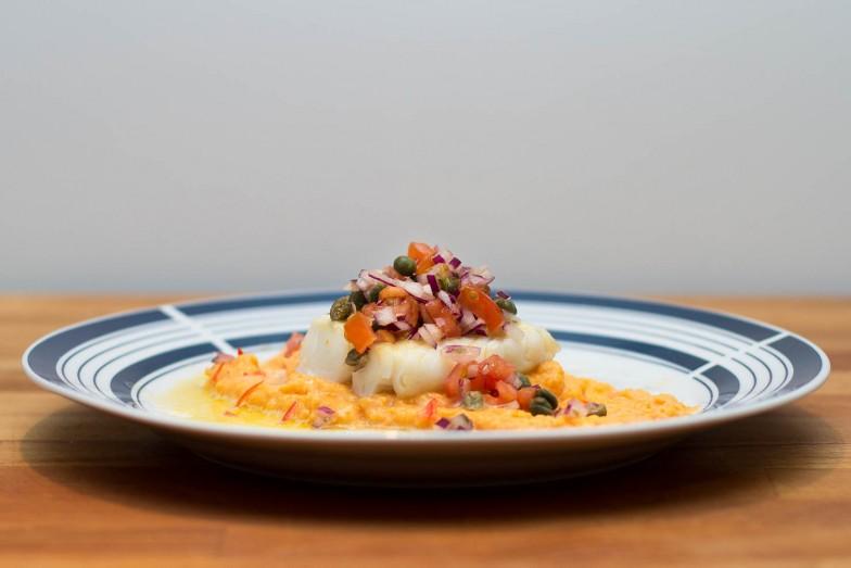 Pannestekt torsk med søtpotetmos og kapers- og tomatsalsa