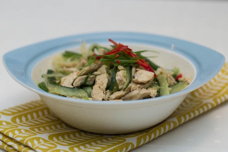 Asiatiskinspirert kylling- og agurksalat med vårløk, chili og sennepssaus