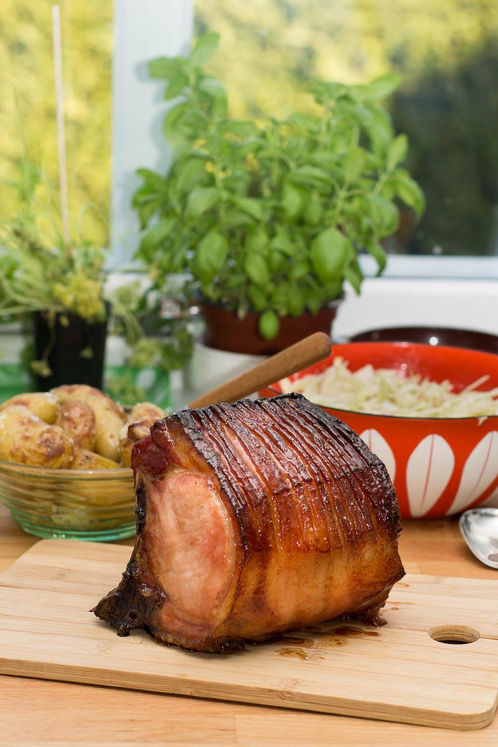 Glasert svinekam med ovnsbakte poteter og kålsalat