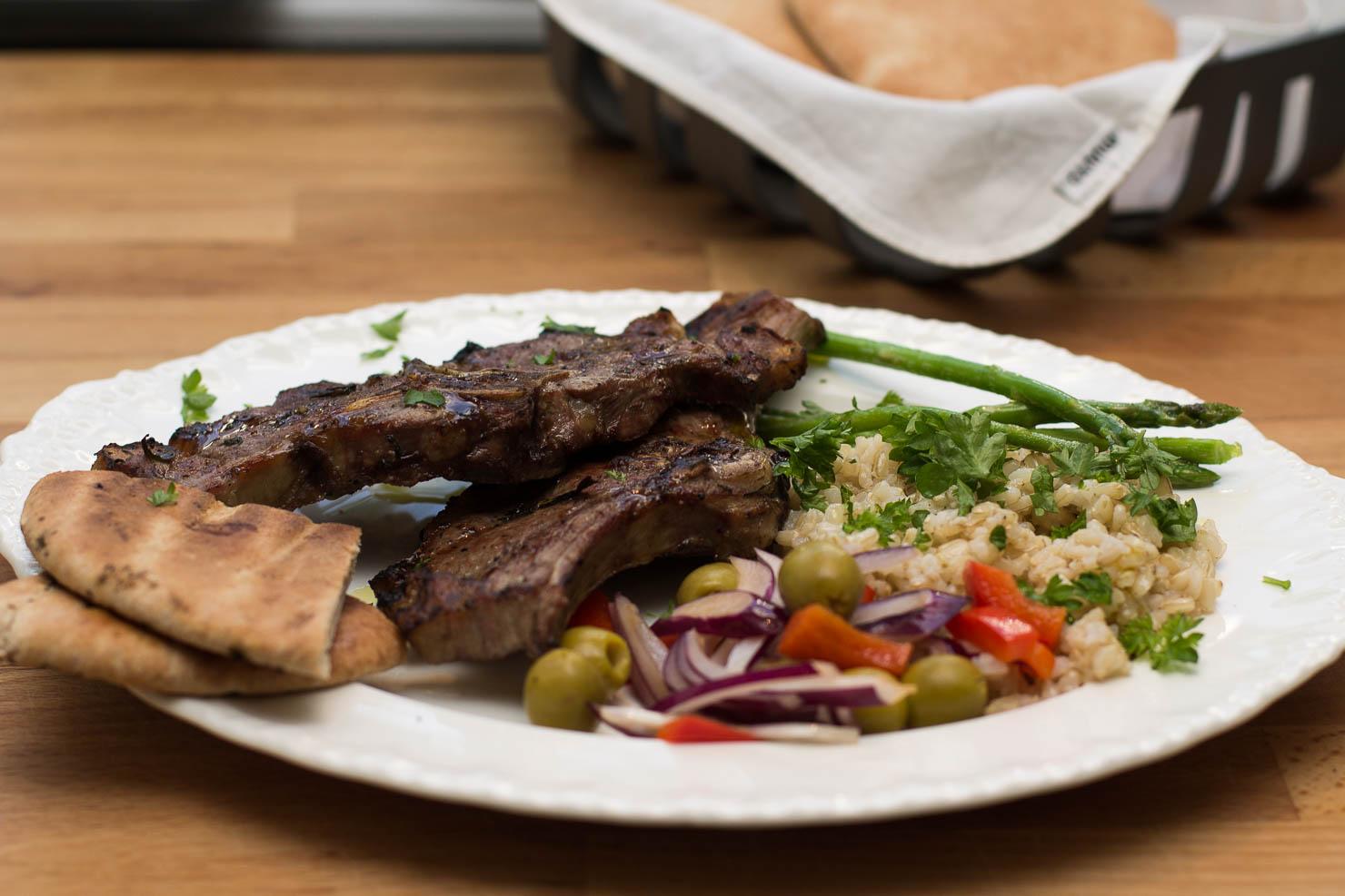 Grillede lammekoteletter med fullkornsris og frisk salat
