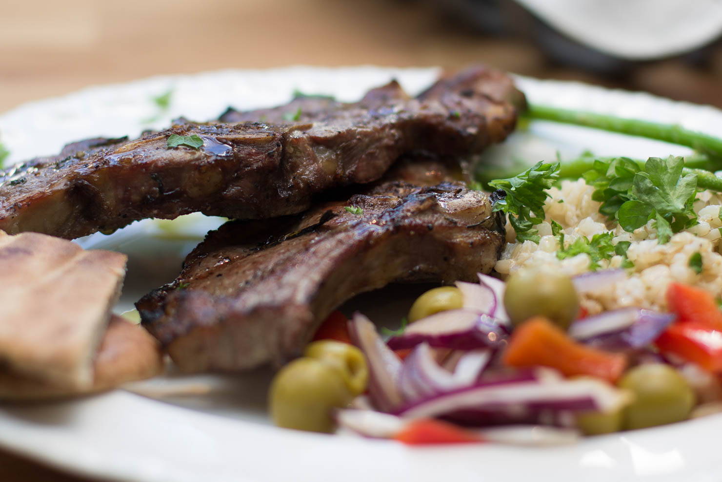 Nærbilde | Grillede lammekoteletter med fullkornsris og frisk salat