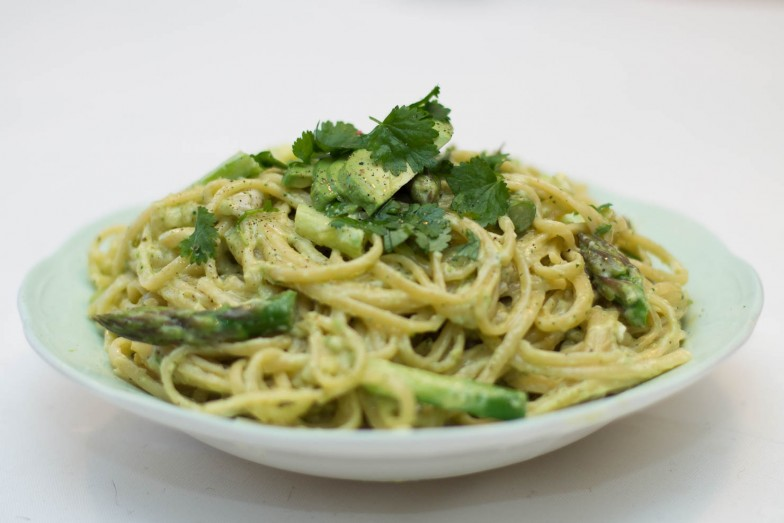 Vårlig linguine med asparges og kremet avokado- og ostesaus