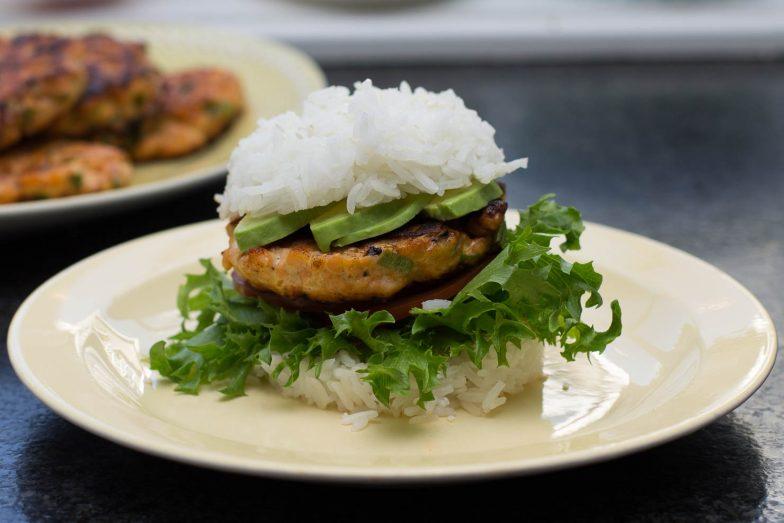 Lakseburger med varløk og burgerbrød av ris