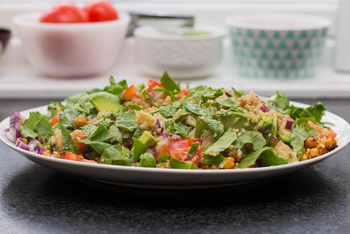 Quinoasalat med spinat, kikerter og avokado