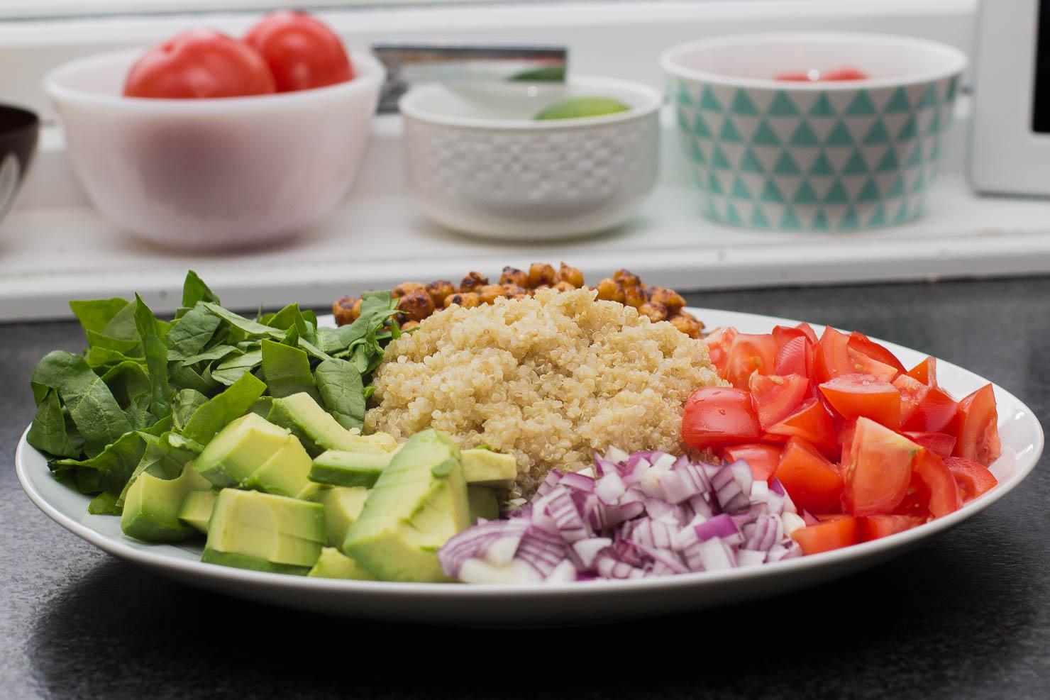 Ublandet | Quinoasalat med spinat, kikerter og avokado