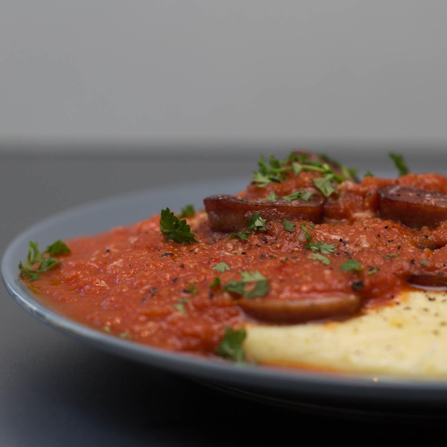 Polenta med vossakorv og tomatsaus