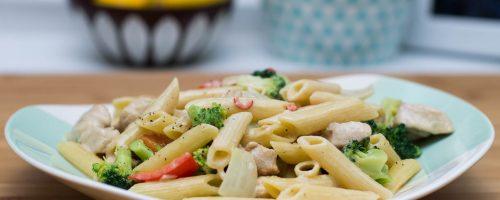 Kylling og pasta i kremet saus