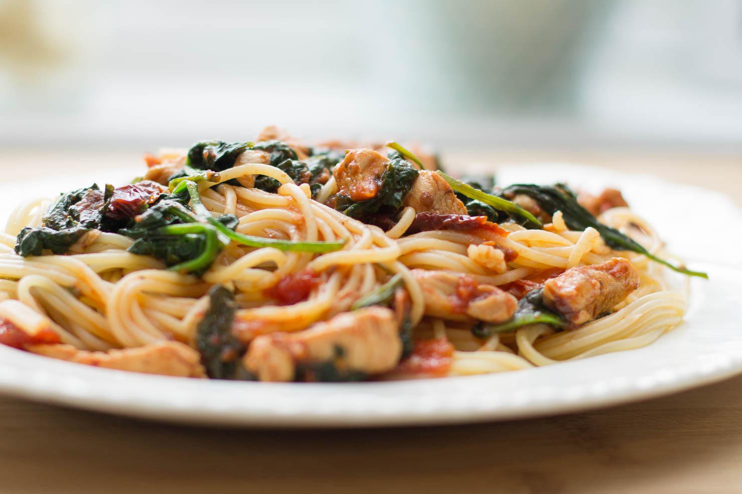 Closeup | Spaghetti med kylling, soltørkede tomater og spinat