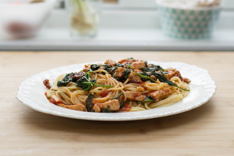 Featured | Spaghetti med kylling, soltørkede tomater og spinat